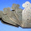 Doboz pánt (4 db) - kicsi, Vegyes alapanyag, Fémmegmunkálás, ötvösség, Famegmunkálás, Szerelékek, Doboz pánt - kicsi - díszes - antik bronz színben  A pánt mérete: 53x22 mm A furat mérete: 1,5 mm  ..., Alkotók boltja
