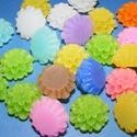 Viaszkő virágok (44. minta/8 db) - mix, Gyöngy, ékszerkellék, Cabochon,  Viaszkő virágok (44. minta)  A csomag tartalma: 8 db vegyes színű virág Mérete: 20x12 ..., Alkotók boltja