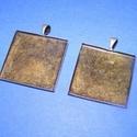 Medál alap (112. minta/1 db), Gyöngy, ékszerkellék, Ékszerkészítés,  Medál alap (112. minta) - szögletes - antik bronz színben  Mérete: 26x26x2 mmA belső mérete: 25x25..., Alkotók boltja