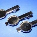 Kitűző alap (414. minta/1 db) - nyakkendő csipesz , Gyöngy, ékszerkellék,  Kitűző alap (414. minta) - nyakkendő csipesz - ezüst színben   Mérete: 47x8 mm A tárcsába 16 mm-es..., Alkotók boltja