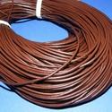 Hasított bőrszíj - 2 mm (8. minta/1 m) - barna, Vegyes alapanyag, Egyéb alapanyag, Bőrművesség,  Hasított bőrszíj (8. minta) - tekercses - barna  Mérete: 2 mm átmérőjű Valódi hasított marhabőrbő..., Alkotók boltja