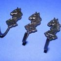 Akasztó-5 (1 db) - fekete, Csat, karika, zár, Mindenmás,  Fém akasztó-5 - ló - fekete színben  Mérete: 5x1,7 cm Az ár egy darab termékre vonatkozik. , Alkotók boltja
