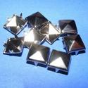 Fém szegecs (1/A minta/1 db) - piramis, Csat, karika, zár, Mindenmás,  Fém szegecs (1/A minta) - piramis - platinum színben  Mérete: 10x10x7 mm  Az ár egy darab szegecsr..., Alkotók boltja