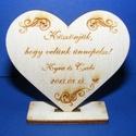 Talpas szív ültetőkártya (egyéni felirattal/min. 20 db), Fa,  Talpas szív - mind a két oldalon gravírozott mintás és egyéni felirattal ellátott    Ülte..., Alkotók boltja