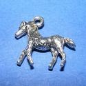 Medál (590/A minta/1 db) - ló, Gyöngy, ékszerkellék, Ékszerkészítés,  Medál (590/A minta) - ló - ezüst színben  Mérete: 25x22 mm  Az ár egy darab termékre vonatkozik.  , Alkotók boltja