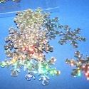 Flitter-33 (3 g) - hologramos ezüst (hópehely), Gyöngy, ékszerkellék, Varrás,  Flitter-33 - hologramos ezüst - hópehely  Mérete: Ø 25 mmA furat mérete: 1 mm  Kiszerelés: 3 g (k..., Alkotók boltja