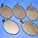 Medál alap (124. minta/1 db), Gyöngy, ékszerkellék, Ékszerkészítés,  Medál alap (124. minta) - ovális - bronz színben  Mérete: 33x19x3 mm (a 33 mm-es méret az akasztóv..., Alkotók boltja
