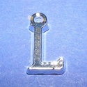 Medál (1 db) - L betű, Gyöngy, ékszerkellék,  Medál (L betű) - ezüst színben  Mérete: 15,5x8,5x2 mm  Az ár 1 darab termékre vonatkozik...., Alkotók boltja
