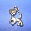 Medál (571. minta/1 db) - cica, Gyöngy, ékszerkellék,  Medál (571. minta) - cica - ezüst színben  Mérete: 23x20 mm Az ár egy darab termékre vonatko..., Alkotók boltja