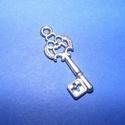 Medál (594. minta/1 db) - kulcs, Gyöngy, ékszerkellék, Ékszerkészítés,  Medál (594. minta) - kulcs - ezüst színben  Mérete: 28x12x2 mmAz ár 1 db termékre vonatkozik. , Alkotók boltja