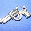 Medál (603. minta/ 1 db) - pisztoly, Gyöngy, ékszerkellék,  Medál (603. minta) - pisztoly - ezüst színben  Mérete: 22x12x3 mm Az ár 1 db termékre vonatk..., Alkotók boltja