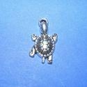 Medál (687. minta/1 db) - teknős, Gyöngy, ékszerkellék,  Medál (687. minta) - teknős - ezüst színben  Mérete: 11x22 mm  Az ár egy darab termékre vonat..., Alkotók boltja