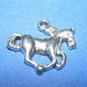 Medál (704. minta/1 db) - ló, Gyöngy, ékszerkellék, Ékszerkészítés,  Medál (704. minta) - ló - ezüst színben  Mérete: 20x15x2,5 mmAz ár 1 db termékre vonatkozik. , Alkotók boltja
