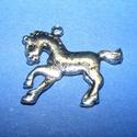 Medál (705. minta/1 db) - ló, Gyöngy, ékszerkellék, Ékszerkészítés,  Medál (705. minta) - ló - antik ezüst színben  Mérete: 27x24x2 mm  Az ár egy darab termékre vonatk..., Alkotók boltja