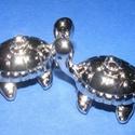 Felületkezelt műanyag medál-68 (teknős/1 db), Gyöngy, ékszerkellék,  Felületkezelt műanyag medál-68 - teknős  Mérete: 35x25 mm Az ár 1 db alkatrészre vonatkozik..., Alkotók boltja