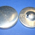 Fém gomb alap (2. méret/1 db), Gomb, Varrás,  Fém gomb alap (2. méret)  A csomag tartalma 1 darab behúzható fém (alumínium) gomb alap (alsó és f..., Alkotók boltja