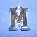 Medál (1 db) - M betű, Gyöngy, ékszerkellék,  Medál (M betű) - ezüst színben  Mérete: 14x10,5x2 mm  Az ár 1 darab termékre vonatkozik...., Alkotók boltja