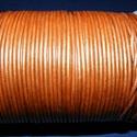 Hasított bőrszíj - 2 mm (17. minta/1 m) - óarany (metál), Vegyes alapanyag, Egyéb alapanyag, Bőrművesség,  Hasított bőrszíj (17. minta) - tekercses - óarany (metál)  Mérete: 2 mm átmérőjű Valódi hasított ..., Alkotók boltja