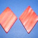 Fúrt kagyló ékszer alap (54. minta/2 db) - piros, Gyöngy, ékszerkellék,  Fúrt kagyló ékszer alap (54. minta) - piros - rombusz  Az ékszerkészítés dekoratív kiegész..., Alkotók boltja