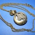 Ékszeróra (kerek, pillangó minta/1 db) - láncos, Órakészítés,  Ékszeróra - kerek - pillangó minta - láncos - antik bronz színben  Az óra nyitható fedelű, ..., Alkotók boltja