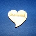 Szív alakú tábla felirattal (1 db) - Maminak, Fa, Egyéb fa,  Szív alakú tábla felirattal - Maminak    Mérete: 3x4 cmAnyaga: rétegelt lemezAnyagvastagság: 3 m..., Alkotók boltja
