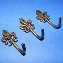 Akasztó-2 (1 db) - bronz, Csat, karika, zár,  Fém akasztó-2 - cserkészliliom - bronz színben  Mérete: 3,7x1,7 cm Az ár egy darab termékre ..., Alkotók boltja