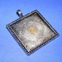 Medál alap (163/1. minta/1 db), Gyöngy, ékszerkellék, Ékszerkészítés,  Medál alap (163/1. minta) - szögletes - antik ezüst színben  Mérete: 31x31x2 mmA belső mérete: 26x..., Alkotók boltja