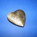 Zárható medál (5 minta/1 db), Gyöngy, ékszerkellék,  Zárható medál (4 minta/1 db) - szív alakú -bronz színben - szétnyitható  Mérete: 42x40x10 ..., Alkotók boltja