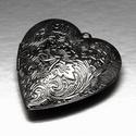 Zárható medál (5 minta/1 db) - fekete, Gyöngy, ékszerkellék, Ékszerkészítés,  Zárható medál (5 minta/1 db) - szív alakú - fekete színben - szétnyitható  Mérete: 42x40x10 mmFura..., Alkotók boltja