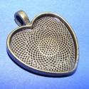 Medál alap (165. minta/1 db), Gyöngy, ékszerkellék, Ékszerkészítés,  Medál alap (165. minta) - szív alakú - antik bronz színben  Mérete: 35x28x3 mmA belső mérete: 25x2..., Alkotók boltja