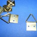 Képakasztó (3. minta/1 db) - 15x28 mm, Csat, karika, zár, Mindenmás,   Képakasztó (3. minta) - arany  Mérete: 15x28 mm (teljes hossz az akasztó résszel)A rögzítő lap mé..., Alkotók boltja