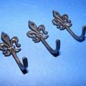 Akasztó-4 (1 db) - fekete, Csat, karika, zár,  Fém akasztó-4 - cserkészliliom - fekete színben  Mérete: 3,7x1,7 cm Az ár egy darab termékre..., Alkotók boltja