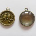 Madárkás medál alap lencsével, ajándék képekkel  , Gyöngy, ékszerkellék, Üveglencse, Tibeti stílusú, antik bronz színű medál, hátoldalán domború madárkás mintával, beleillő (25 mm-es) l..., Alkotók boltja
