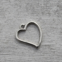 Szív medál (x3953/702), Gyöngy, ékszerkellék, Fém köztesek, Szív alakú medál. Anyaga: fém ötvözet ezüst borítással. méretei: kb 45 x 40 mm, Alkotók boltja