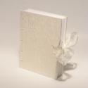 Esküvői vendégkönyv, fotóalbum, emlékkönyv esküvőre, gyűrt selyem, kopt fűzésű 'Hófehér esküvő', Naptár, képeslap, album, Esküvő, Nászajándék, Könyvkötés, Papírművészet, Kopt fűzésű esküvői vendégkönyv, emlékkönyv és fotóalbum egyben. Lapjaira írni is lehet, és fotókat..., Meska