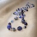 Kék mix hosszú nyaklánc ásványokkal, Ékszer, Nyaklánc, Ékszerkészítés, Fémmegmunkálás, Kék homokkő, szodalit, lapis lazuli és sokféle üveggyöngy felhasználásával készült hosszú drótéksze..., Meska