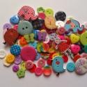 VEGYES színes gombcsomag 100 db, Gomb, Műanyag gomb, Gombcsomag vegyes gombokból rengeteg színben. A csomag 100 db gombot tartalmaz. (a képen szereplő go..., Alkotók boltja