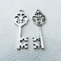 Viktoriánus kulcsok - 40mm - 6db, Gyöngy, ékszerkellék, Egyéb alkatrész, Cink ötvözet viktoriánus stílusú kulcsok antikolt ezüst színben.   Ón és nikkelmentes bevon..., Alkotók boltja