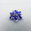Kék Lótusz virágok  - 2db, Gyöngy, ékszerkellék, Egyéb alkatrész, Fémmegmunkálás, ötvösség, Ezüst színű vas ötvözet foglalatú akril lótusz virágok, sötétkék kivitelben, 1db strasszal a közepé..., Alkotók boltja