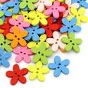Virág formájú fa gombok vegyes színekben, Gomb, Dekorációs kellékek, Virág formájú fa gombok vegyes színekben Mérete: 15 mm x 14 mm 30 db/csomag Ára: 420 Ft/csomag..., Alkotók boltja