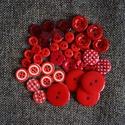 Gyönyörű piros műanyag gomb válogatás 50 db, Dekorációs kellékek, Gomb, Piros színű műanyag gombok csomagban vegyes méretben és formában Mérete: 6 mm - 23 mm 50 db/ csomag ..., Alkotók boltja