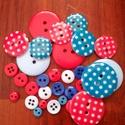 """""""Tengerész gombcsomag"""" műanyag gomb válogatás 30 db, Dekorációs kellékek, Gomb, Piros és kék színű műanyag gombok csomagban vegyes méretben, pöttyös gombokkal  Mérete: 6 mm - 23 mm..., Alkotók boltja"""