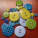 """""""Ég és föld gombcsomag"""" műanyag gomb válogatás 30 db, Dekorációs kellékek, Gomb, Zöld és kék színű műanyag gombok csomagban vegyes méretben, pöttyös gombokkal  Mérete: 6 mm - 23 mm ..., Alkotók boltja"""