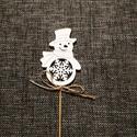 Hóember, betűző, Dekorációs kellékek, Figurák, Fából készült festett hóember, spárga masnival. Mérete:5,5*8cm, 20cm-es hurkapálcán, Alkotók boltja