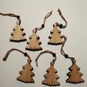 Fa fenyőfák, akasztós, Dekorációs kellékek, Figurák, Fa fenyőfák, karácsonyi dekorációhoz. Mérete:6*4,5 cm A csomag 6 db fenyőt tartalmaz.  Az ár..., Alkotók boltja