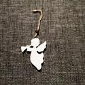 Angyalka, akasztós, fehér, Dekorációs kellékek, Figurák, Fából készült angyalka, fehérre festve, akasztóval. mérete: 7*5,5 cm A csomag 6 db angyalkát..., Alkotók boltja