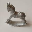 Hintaló, ezüst, Dekorációs kellékek, Figurák, Ezüst hintaló, karácsonyi dekoráció készítéséhez. 11*11cm, Alkotók boltja