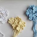 Kézzel horgolt virágok kék, fehér, sárga  15 db, Dekorációs kellékek, 100 % pamut fonalból kézzel horgolt virágok rajta hagyott fonalvéggel, hogy mikor rávarrod vala..., Alkotók boltja