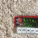 Tulipános népi medál, Gyöngy, ékszerkellék, Cabochon, Fából készült, festett, fekete alapon piros tulipános, népes medál szélesség: 4cm hossza:5,..., Alkotók boltja