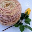 Navaho rózsa - kézzel font fonal, Fonal, cérna, Gyapjúfonal, Mindenmás, Különleges ún. navaho technikával fontam ezt a háromágú fonalat. Bársonyka virágával és céklával sz..., Alkotók boltja